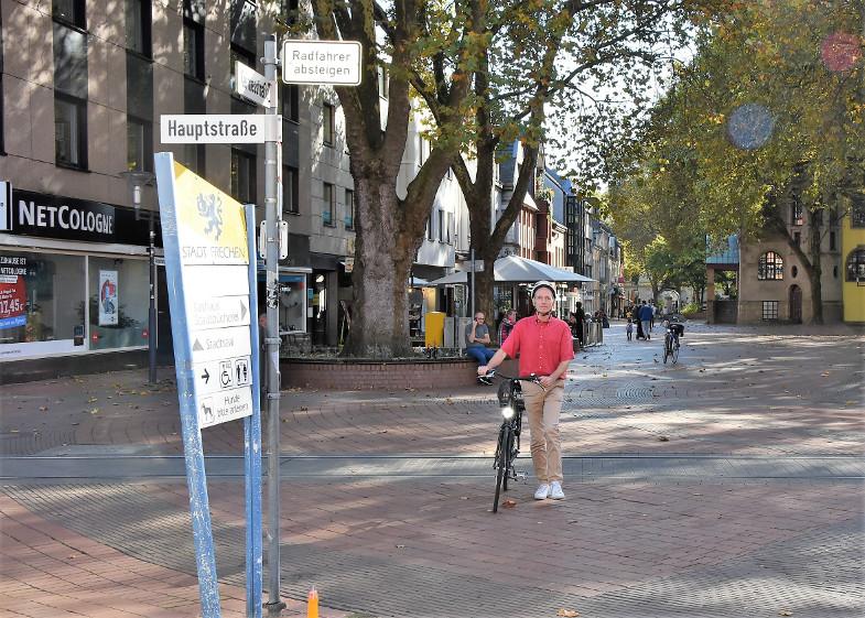 """""""Radfahrer absteigen"""" heißt es auch beim Queren der Stadtbahngleise in der Fußgängerzone"""