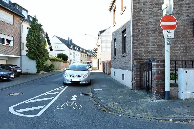 Regelmäßig parken Anlieger ihre Autos in der Mauritiusstraße in Bachem auf dem Radweg