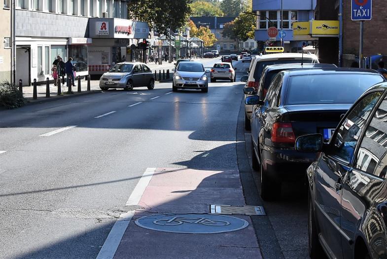 Radweg - Abbruch vor der Kreuzung Hauptstraße / Dr.-Tusch-Straße im Zentrum von Frechen